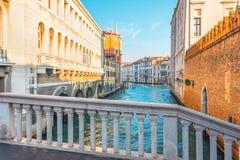 Ansicht Grand Canal s in Venedig von einer kleinen Marmorfußgängerbrücke lizenzfreies stockbild
