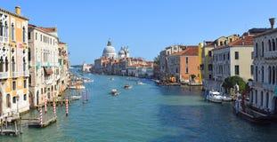 Ansicht Grand Canal s von der Accademia-Brücke mit Ansicht des Grußes, Venedig Lizenzfreies Stockfoto
