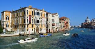 Ansicht Grand Canal s von der Accademia-Brücke mit Ansicht des Grußes, Venedig Lizenzfreie Stockfotos