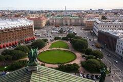 Ansicht Heilig-Isaac-` s von Quadrat und von Nikolaus I.-Monument von ` s St. Isaac Kathedrale in St Petersburg Stockfotografie