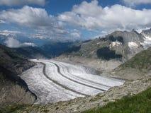 Ansicht hinunter den Aletsch Gletscher Stockfotos