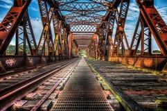 Ansicht hinunter eine verlassene Eisenbahn-Brücke Lizenzfreie Stockfotos