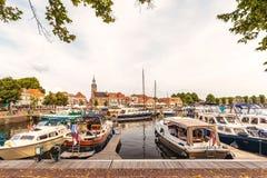 Ansicht am historischen Hafen mit Yachten im niederländischen Dorf von Stockfotografie