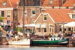 Ansicht am historischen Hafen mit Yachten im niederländischen Dorf von Stockfotos