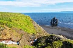 Ansicht am Hvitserkur-Basaltstapel gewaschen mit Wasser von Hindisvik-Bucht in Nordwest-Island stockbilder