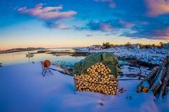 Ansicht im Freien der metallischen Struktur stehend über dem Schnee in einer herrlichen Sonnenuntergangansicht mit einem Stapel d stockfoto