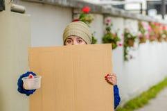Ansicht im Freien der obdachlosen Frau leeres Pappzeichen halten Stockfotos
