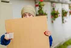 Ansicht im Freien der obdachlosen Frau leeres Pappzeichen halten Lizenzfreie Stockfotos