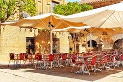 Ansicht im Freien in eine des gemütlichen Cafés Lizenzfreie Stockfotos