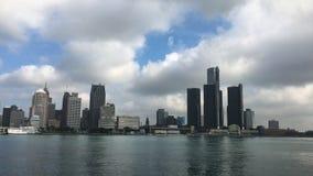 Ansicht 4K UltraHD der Detroit-Skyline über dem Fluss stock video footage
