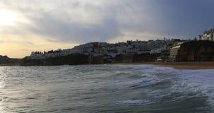 Ansicht 4K UltraHD des Strandes bei Albuferie, Portugal in der Dämmerung stock video footage