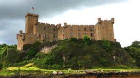 Ansicht 4K UltraHD von Dunvegan-Schloss, Insel von Skye in Schottland stock footage