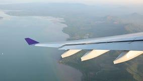 Ansicht 4K vom Flugzeugfensteraufstieg mit Drehung durch Insel stock video