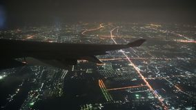 Ansicht 4K vom Flugzeugflügelfliegen nachts über Großstadt stock video footage