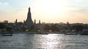 Ansicht 4K von Wat Arun-Tempel mit Booten und von Chao Phraya im Sonnenuntergang stock video footage