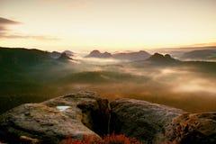 Ansicht Kleiner Winterberg Fantastischer träumerischer Sonnenaufgang auf die Oberseite des felsigen Berges mit der Ansicht in neb lizenzfreies stockbild