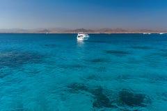 Ansicht am Korallenmeer und an der weißen Yacht Perfekter Platz für das Schnorcheln Sommerferien in Meer Stockfotografie