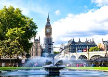 Ansicht Londons Big Ben vom Garten stockbild