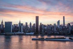 Ansicht in Manhattan von Long Island-Stadt während des Sonnenuntergangs, New York City, USA Stockbilder