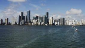 Ansicht Miamis an Damm und an Segelbooten auf Hintergrund des blauen Himmels stock video