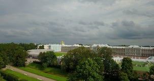 Ansicht mit Spitze vom Brummen auf Katherine-` s Palasthalle in Tsarskoe Selo Pushkin, Russland stock video