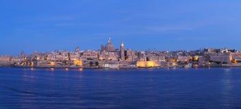 Ansicht mit Valleta-Stadt in Malta an der blauen Stunde Lizenzfreie Stockbilder
