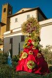 Ansicht mittelalterlichen Dorfs Castiglion Fibocchi mit Karnevalsmaske lizenzfreie stockfotografie