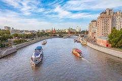 Ansicht am Moskau-Fluss und an den Dämmen, städtisches Stadtbild des Sommers Lizenzfreie Stockfotografie