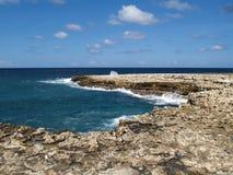 Ansicht nahe Teufel-Brücke auf Antigua Barbuda lizenzfreies stockbild