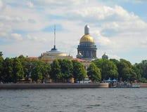 Ansicht Neva Rivers und der Heilig-Isaac-` s Kathedrale Lizenzfreies Stockfoto