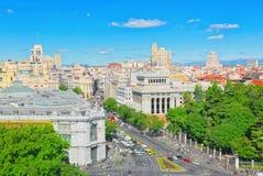 Ansicht oben auf Gran über Straße in Madrid, zur Tageszeit, Verkehr, c Lizenzfreie Stockfotografie