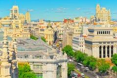 Ansicht oben auf Gran über Straße in Madrid, zur Tageszeit, Verkehr, c Stockbilder