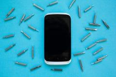 Ansicht oben an vom Smartphone mit Werkzeugen auf einem blauen Hintergrund stockfotos