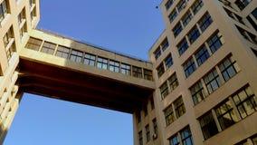 Ansicht oben von Zustands-Industrie Geb?ude oder Gosprom errichtet in der Bau-Kunst ?ber blauem Himmel stock video