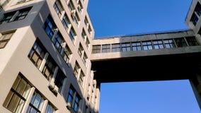 Ansicht oben von Zustands-Industrie Geb?ude oder Gosprom errichtet in der Bau-Kunst ?ber blauem Himmel stock video footage