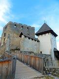 Ansicht oberen Schlosses Celje und der alten Brücke innerhalb des Celje-Schloss-Komplexes Lizenzfreie Stockfotografie