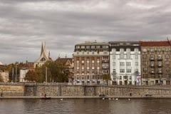 Ansicht Quays Prag vom Flussboot Stockfotografie