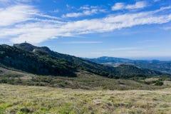 Ansicht in Richtung in Richtung Penon-Spitze und zur Küste des Pazifischen Ozeans von Garland Ranch Regional Park, Kalifornien stockfoto