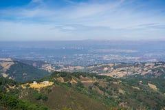 Ansicht in Richtung in Richtung San Jose und zu Süd-San Francisco Bay von der Spitze Mt Umunhum stockbilder