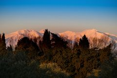 Ansicht in Richtung zu Andorra-tiefen schneebedeckten Pyrenäen Stockbild