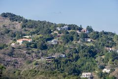 Ansicht in Richtung zu den Häusern gebaut in den Los-Althügeln lizenzfreie stockfotografie