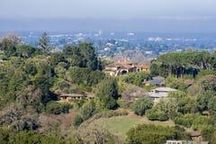 Ansicht in Richtung zu den Häusern gebaut in den Los-Althügeln lizenzfreies stockbild