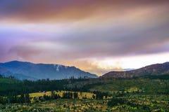 Ansicht in Richtung zu Ferguson-Feuer, das gerade außerhalb Yosemite Nationalpark brennt lizenzfreie stockfotografie