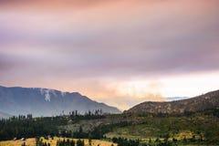 Ansicht in Richtung zu Ferguson-Feuer, das gerade außerhalb Yosemite Nationalpark brennt stockbild