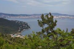 Ansicht in Richtung zu Istanbul-Stadtbild von einer Spitze von Buyukada-Insel, Lizenzfreie Stockfotos