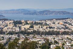 Ansicht in Richtung zu Pacific- Heights und Marina District-Nachbarschaften; San Francisco Bay und Belvedere im Hintergrund, San  stockfoto