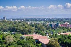 Ansicht in Richtung zu Stanford-Campus, Palo Alto- und Menlo- Park, Dumbarton Brücke und San Francisco Bay stockfotos