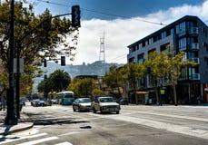 Ansicht in Richtung zu Sutro-Turm bedeckt in den Wolken in San Francisco Cali lizenzfreie stockfotografie