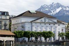 Ansicht in Richtung zum Theatergebäude in der Luzerne Stockbilder