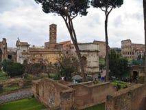 Ansicht in Richtung zum Titusbogen und Colosseum von Palantino in Rom, Italien Stockfoto